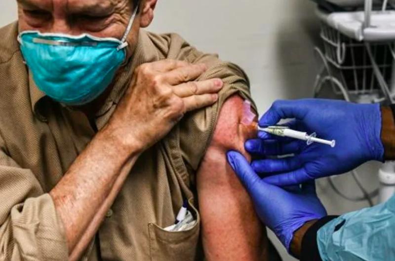 Furia: En Florida excluyen de la vacuna a inmigrantes y a damnificados