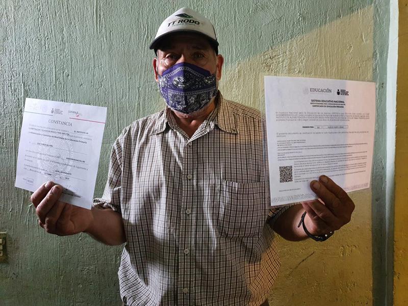 A sus 63 años, leonés retoma estudios y obtiene su certificado oficial